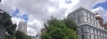 Cacerolada contra el Gobierno desde el apartahotel de lujo de Isabel Díaz Ayuso