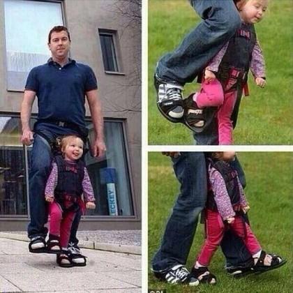 Papá diseña zapatos para darle a su hija con parálisis la sensación de andar