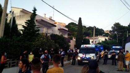 Los Mossos escoltan a unos jóvenes acusados de delincuentes por un centenar de vecinos en Llançà