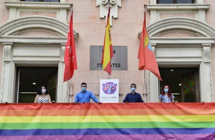 El juez Yusty rechaza retirar la pancarta del Orgullo en Alcalá porque no es una bandera y promueve la igualdad