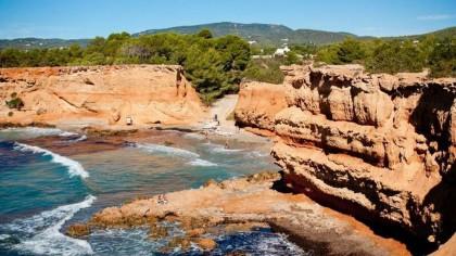 Un británico ebrio de 30 años muere tras caer desde 150 metros en unos acantilados en Ibiza