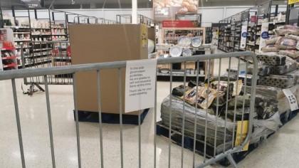 """Barreras a los artículos """"no esenciales"""": los supermercados de Gales los acordonan e indignan a los clientes"""