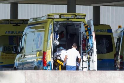 Un médico del CHUAC urge al autoconfinamiento:  Las costuras del hospital están saltando  (gal)