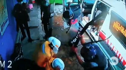 Myanmar: Cámara de seguridad muestra a la policía apaleando a médicos voluntarios. ENG