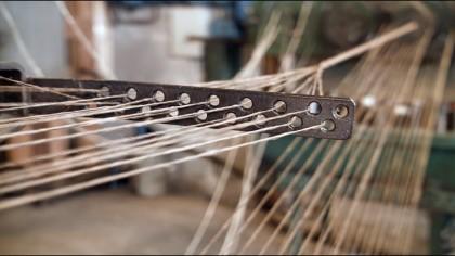 Cómo se fabrican las cuerdas más largas y gruesas, un proceso que proviene de la antigüedad y que todavía se recrea con equipamiento de...