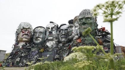Aparece una enorme escultura hecha de residuos electrónicos en la sede de la próxima cumbre del G7