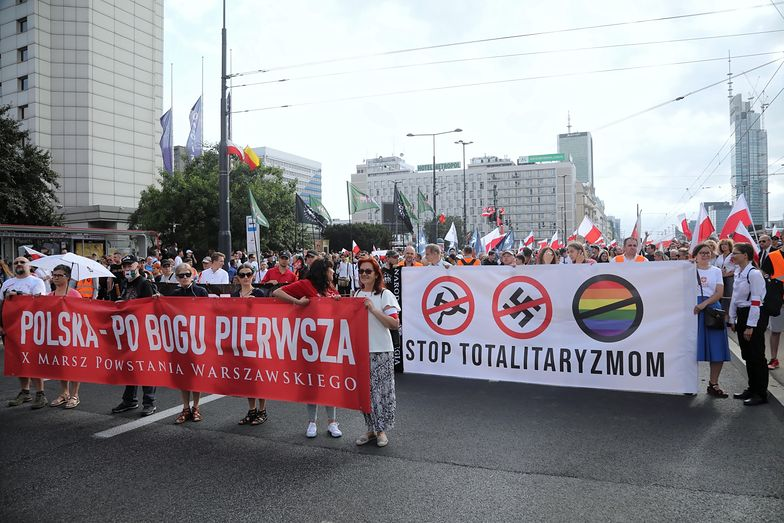 Polacos manifestándose contra el totalitarismo