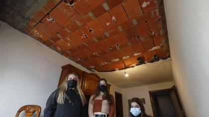 Dos universitarias se salvan «por milésimas» de que les caiga encima el techo de su piso de alquiler en Santiago  (galego-castellano)